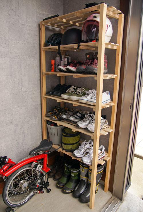 下足箱に靴、メットなどを収納