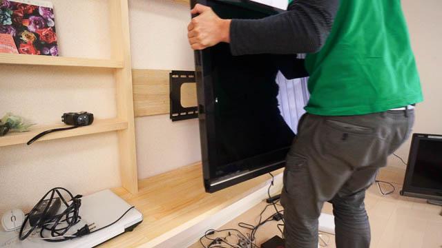テレビ用の壁付け金具を使ってTVを壁付けする方法